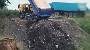 Wysypisko odpadów pod przykrywką żwirowni