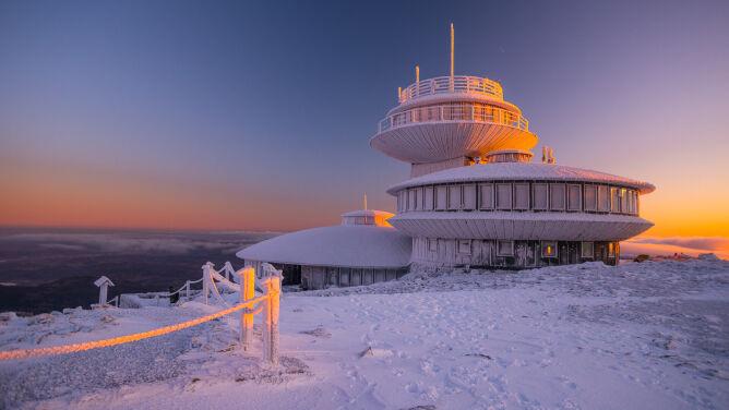 Zamknięte szlaki na Śnieżkę. Zagrożenie zerwania poszycia dachu obserwatorium